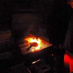 draußen grillt das Fleisch