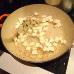 zuerst muss man Tofu und Zwiebeln scharf anbraten