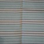 hellblau-grau gestreift