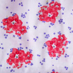helllila-weiß mit corallfarbenen Blumen