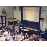 """Blick von oben im  """"großen Hörsaal"""" des PTZ: Am Mikrofon Brandenburgs Wirtschaftsminister Dreher beim Schienenfahrzeug-Kongress. Quelle Foto: Helga Karl"""