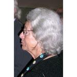 Schönheit im Alter. Frau S, mit leuchtendem lockigen grauen Haaren im Profil.  Foto: Helga Karl