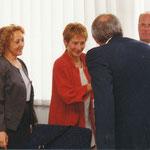 Firmenchef Otto Schleicher begrüßt Berlins Senatorin  Christine Bergmann