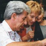 Senatorin Christine Bergmann lässt sich Bauteile und deren Montage zeigen