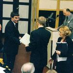 Am Mikrofon bei seiner Rede Minister Dreher, Senator Branoner kommt zu spät und wird begrüßt