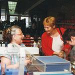 Strahlendes Lächeln - Senatorin Bergmann und eine Mitarbeiterin der Montage bei Schleicher