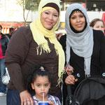 Freundinnen. Zwei  muslimische Frauen mit bedecktem Haar lächeln in die Kamera. Foto: Helga Karl