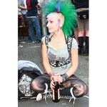 Bia. Junge Frau mit grünen hochstehenden Haaren. MyFest 2012. Foto: Helga Karl