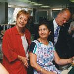 In  der Montage: Senatorin Bergmann und Bürgermeister Hauff mit der Montagearbeiterin Frau Kiperi