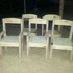 De eerste stoeltjes! De stoeltjes worden nog geschuurd en geverfd.