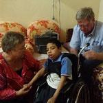 De rolstoelen, gedoneerd en aangepast door de Meyra, worden in orde gemaakt door Arnold om ze de volgende dag te gaan passen bij de kindjes.
