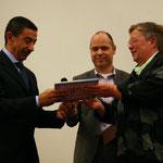 Het eerste exemplaar wordt overhandigd aan de Egyptische ambassadeur in Nederland
