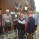 Ehrenvorstand Sepp Welzel spendiert eine Mass Bier für die Helfer