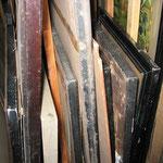 Die Gemälde stehen aneinander gelehnt auf dem Boden des Depots. Zudem sind sie stark verschmutzt. Diese Lagerung kann verschiedene Schäden wie Deformationen der Leinwand, Beschädigung der Rahmen und Schimmelbildung verursachen.