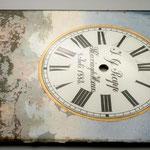 Bei diesem Uhrenschild mit Hinterglasmalerei löst sich die Farbschicht großflächig vom Glas (helle Bereiche).