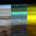 Zu sehen ist ein Anschliff. Es handelt sich dabei um eine Fassungsprobe, die eingebettet und so präpariert wurde, dass die Schichtenabfolge zu erkennen ist. Unterschiedliches Licht (hier VIS und UV-Licht) hilft die Schichten besser zu unterscheiden.