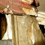 Bei einer Heiligenfigur löst sich die Farbfassung vom Holz. Um weiteren Verlust zu vermeiden muss eine Festigung erfolgen.