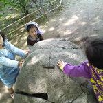 蓮正寺公園にて 石パワー充電中???