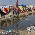 Inde, Pélerinage 2013 de la Kumbh Mela, venant seul, en famille (parents, enfants, grands parents), certains s'installent pour plusieurs jours