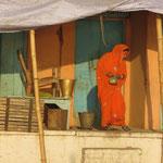 Inde, pas de porte, au petit matin