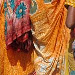 Inde, Varanasi, les couleurs de sari éclatent sous le soleil
