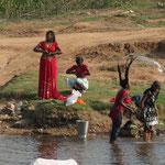 Inde, après la lessive, les femmes se lavent dans les rivières