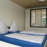 Schlafzimmer mit Doppelbett und Terrassenzugang