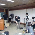平成音楽大学の学生も会場設営から参加