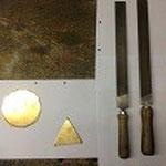 Material (Messing) und Werkzeug (Grob- und Feinfeile)