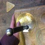 Treiben der Ronde mit Treibhammer und Treibklotz zur Schale