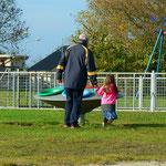 Opa & Mirja auf den Spielplatz Galamadammen