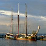 Segelschiff an der Mole