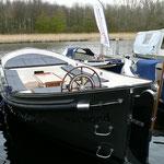 Eine Seafury Schaluppe mit 33 PS Motor und Bugschraube