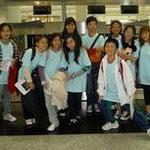 學生在香港機場離境前...