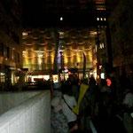 東京電力山梨支店前で立ち止まり、シュプレヒコールをあげました