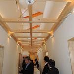天井から採光して明るい廊下