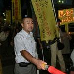参加者を誘導する、日本共産党の、うえむら道隆さん