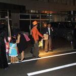 東京電力山梨支店前でマイクアピールする、日本共産党の石原つよし・甲府市議