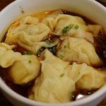Wantanteigtaschen mit scharfe Sichuan Sauce