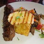 Steak mit Gemüse, Brot und Kartoffel