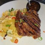 Steak mit gebratene Tapioka und Ei