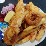 Fish & Chips mit Jacobsmuschel, Garnelen, Krebse und Tintenfisch