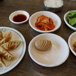 Teigtaschen und Beilagen, koreanisches Essen