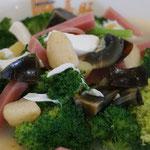 Gemüsesuppe mit Eier und Schinken