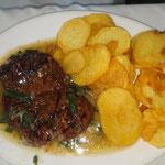 Steak mit fritierte Kartoffeln