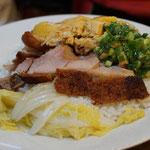 Reis mit Hähnchen und Schweinefleisch mit knuspriger Haut, ebenfalls sehr beliebt