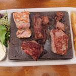 Steaks auf heißen Stein