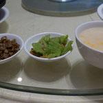 Reissuppe mit eingelegte Rettich und Chinakohl