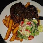 Steak mit Salat und Pommes