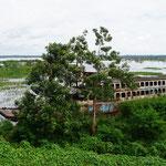 Alte Schiffswrack auf dem Amazonasfluß (Old ship wreck at the Amazon River)